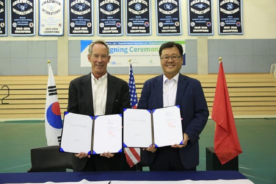 Lễ ký kết ngày 23 tháng 6, 2020 giữa đại diện Liên doanh Giáo dục quốc tế Ecopark Daesung và đại diện Trường Chadwick (USA) được diễn ra trong khuôn viên trường Chadwick International School ở Songdo, Hàn Quốc.