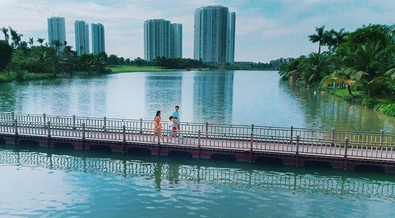 Câu phao bắc qua hồ Thiên Nga