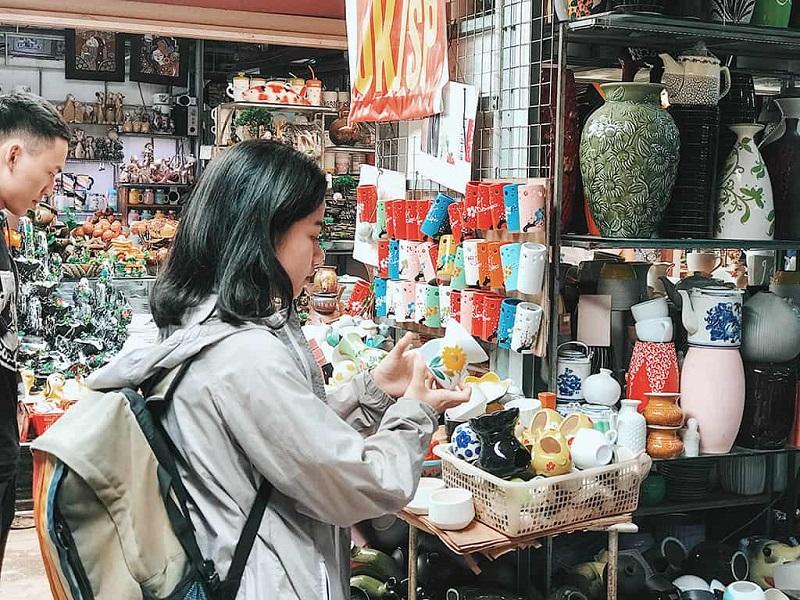 Chợ làng gốm Bát Tràng