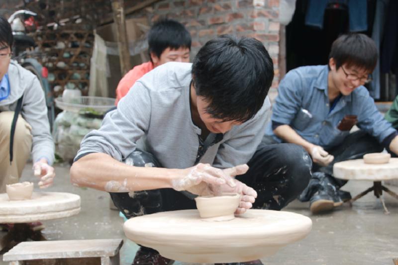 Nặn gốm ở làng gốm Bát Tràng